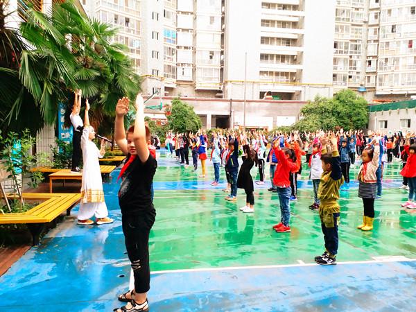 大课间上瑜伽课,郑州德化街小学的孩子们有福了